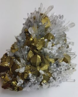 Extraordinary Quartz and Chalcopyrite paragenesis.